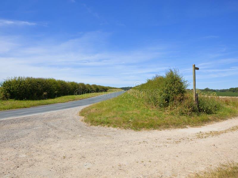 Landstraße mit Fußweg unterzeichnen herein Sommerzeit lizenzfreies stockfoto
