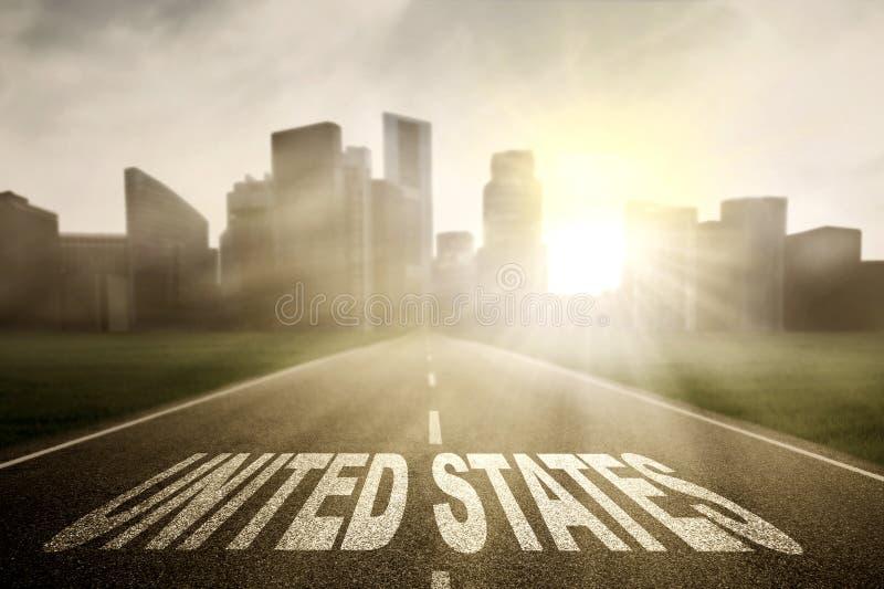 Landstraße mit Wort Vereinigter Staaten bei Sonnenaufgang lizenzfreies stockfoto