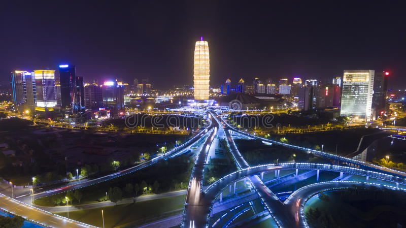 Landstraße an Nacht-Zhengzhou-Porzellan stockfotos