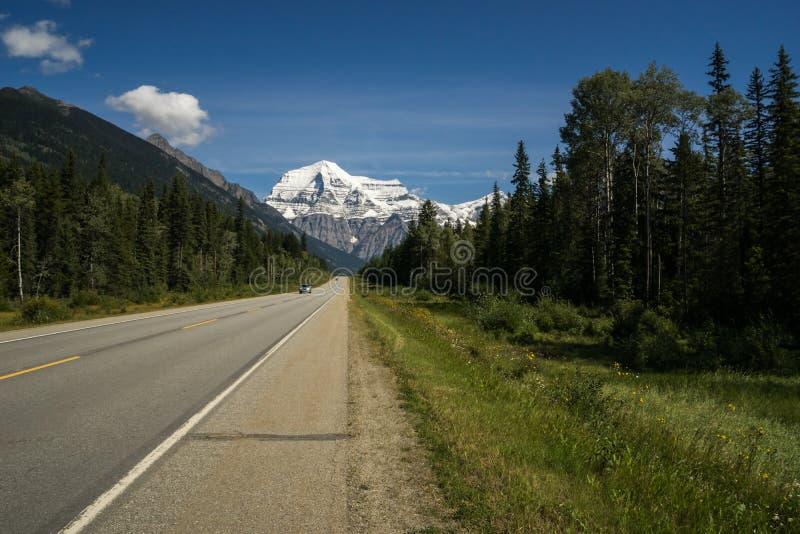Landstraße 16 und Berg Robson im blauen Himmel, Britisch-Columbia stockfotografie
