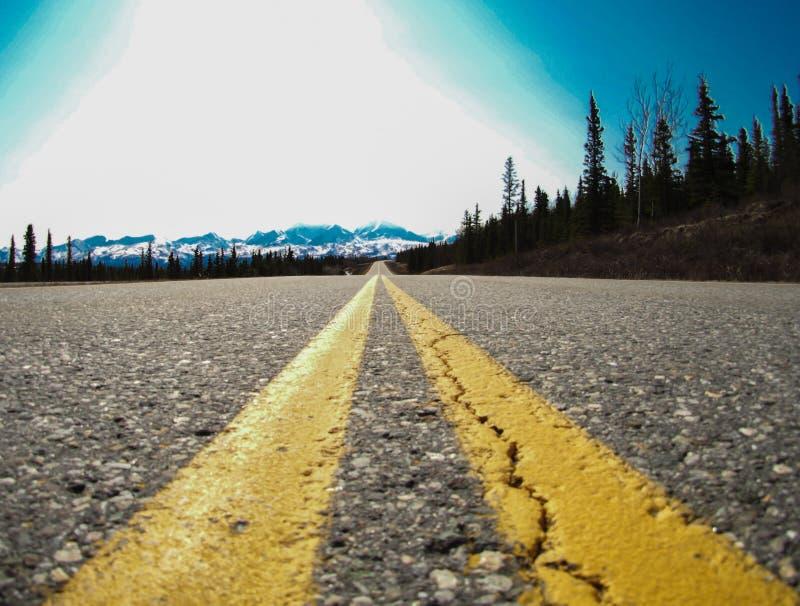 Landstraße und Berge auf einer Autoreise in Alaska lizenzfreies stockfoto