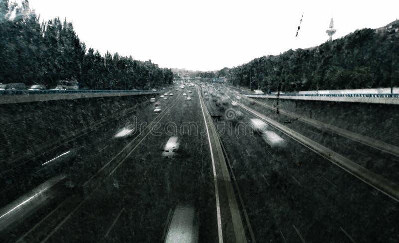 Landstraße während eines Sturms stockfotografie