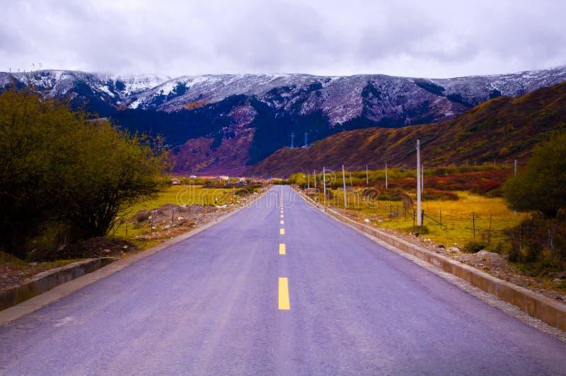Landstraße zum Berg stockfotos