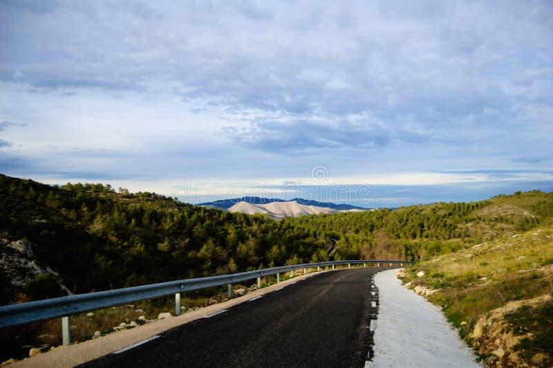 Landstraße zwischen den Bergen stockfotos