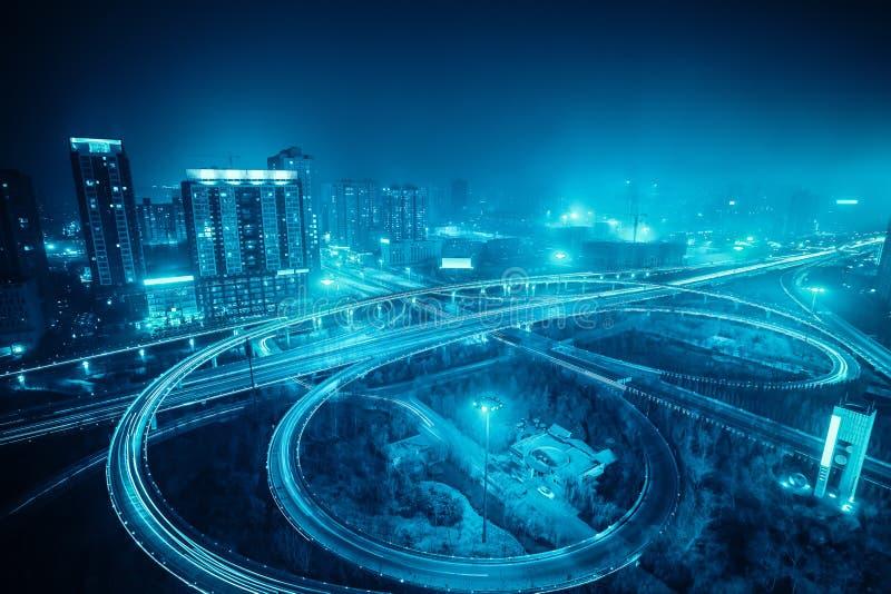 Landstraßenüberführung nachts in Xian lizenzfreie stockfotos