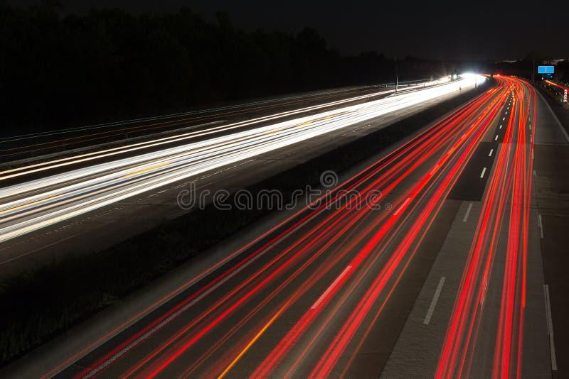 LandstraßenAmpeln nachts stockfoto