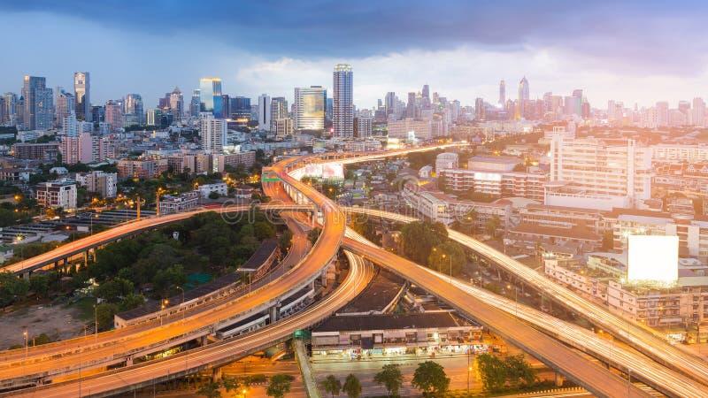 Landstraßenaustauschkreuzung mit Hintergrund der Stadt in die Stadt lizenzfreies stockfoto