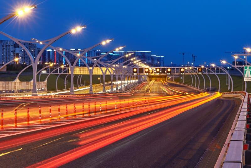 Landstraßenbeleuchtung St. Peterburgs in der blauen Stunde lizenzfreie stockbilder