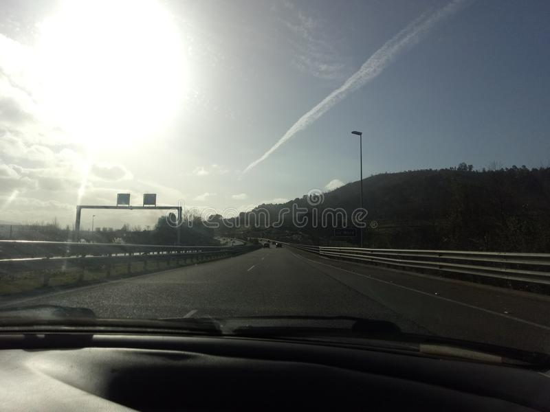 Landstraßensonne und -autos lizenzfreie stockbilder