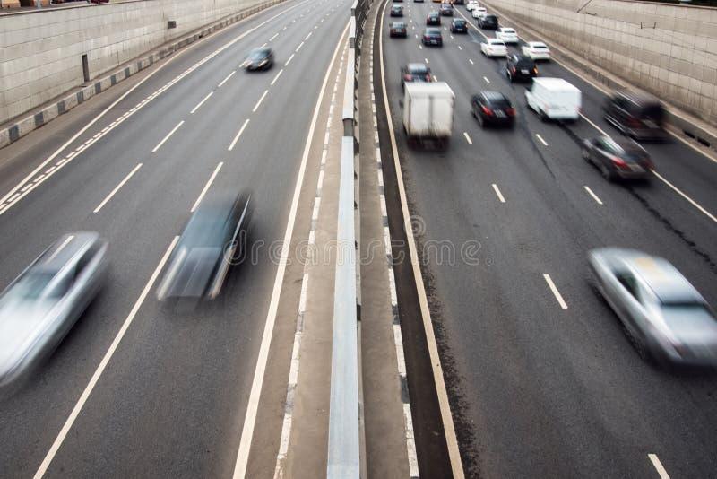 Landstraßenstadtverkehr stockfotografie