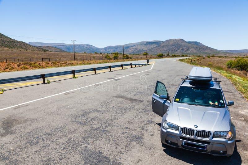 Landstraßenstraße durch Karoo-Region in Südafrika stockfotografie