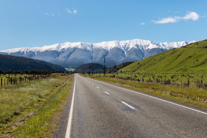 Landsväg i sydliga fjällängar i Nya Zeeland fotografering för bildbyråer