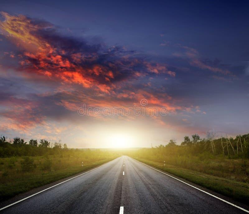 Landsväg med en mörk sky fotografering för bildbyråer