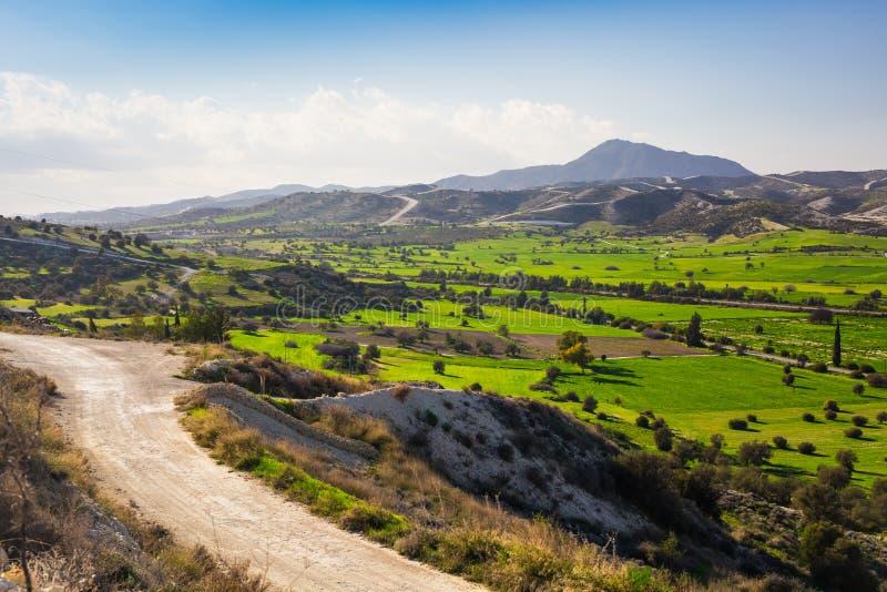 Landsväg med härligt berglandskap royaltyfri bild