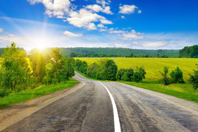Landsväg och solnedgång fotografering för bildbyråer