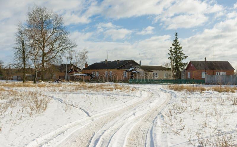 Landsväg till den ukrainska lantliga byn arkivbilder
