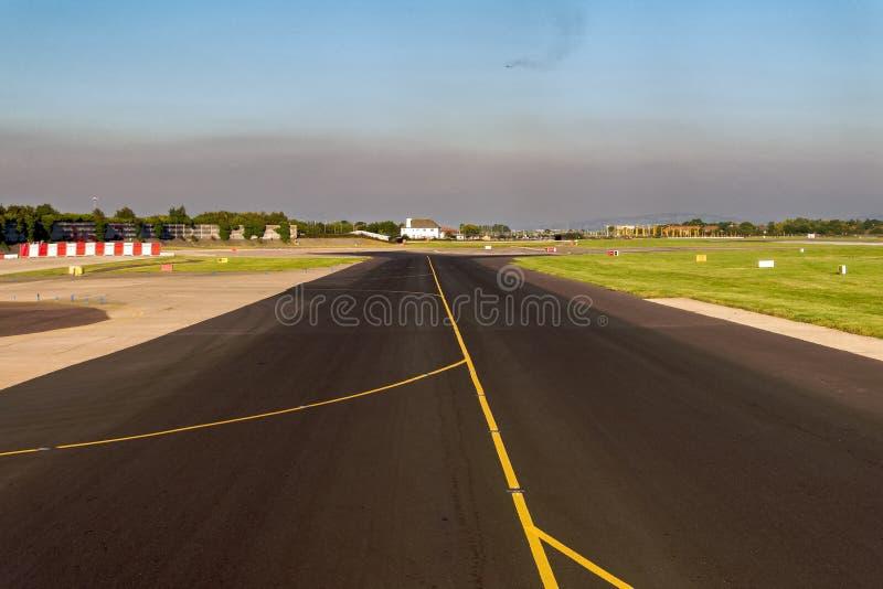 Landung auf Flughafen-Rollbahn - Kabinen-Ansicht lizenzfreies stockfoto