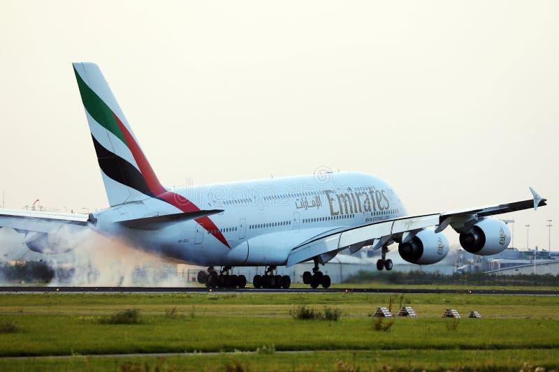 Landung des Flugzeugs Emirates Airbus A380 stockfoto