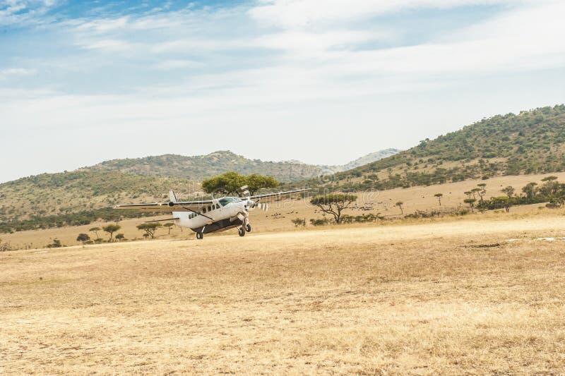 Landung eines kleinen Flugzeuges im Serengeti stockbilder