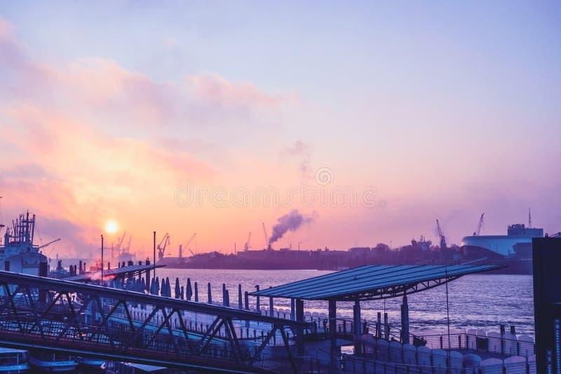 Landungsbrücken en Hamburgo en luz de la madrugada imágenes de archivo libres de regalías