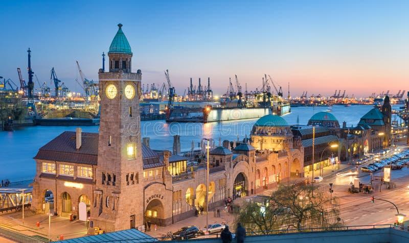 Landungsbruecken en de haven in Duits Hamburg, royalty-vrije stock foto's