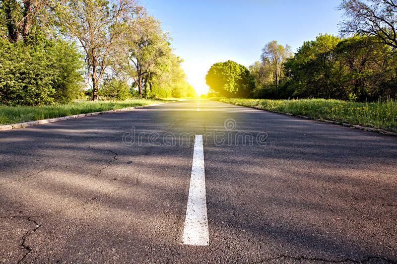 Landweg aan het zonlicht royalty-vrije stock afbeelding
