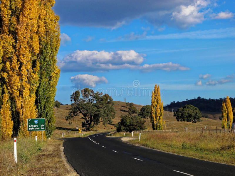 Landweg Australisch landschap bij daling stock afbeeldingen