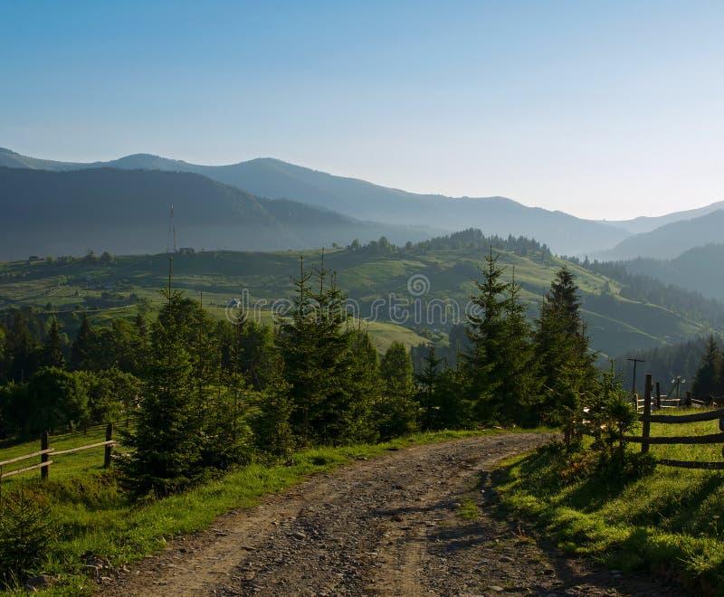 Landweg in de bergen stock foto's
