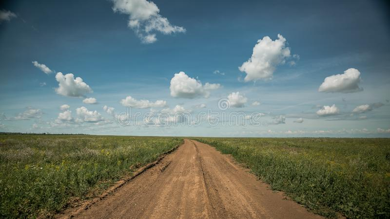 Landweg in de horizon royalty-vrije stock fotografie