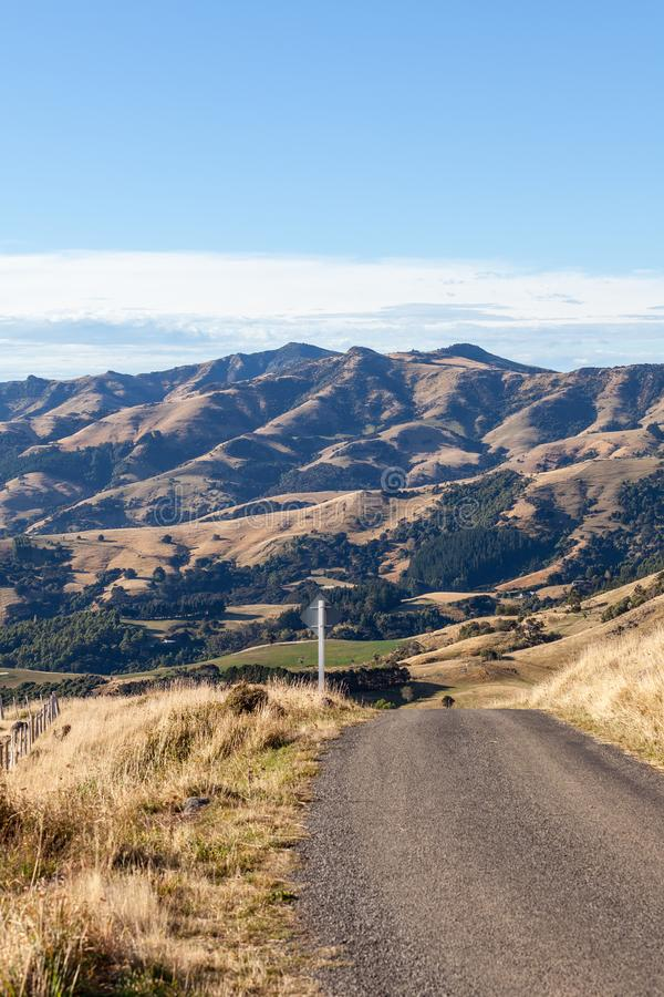 Landweg, die in de heuvels leiden stock afbeelding