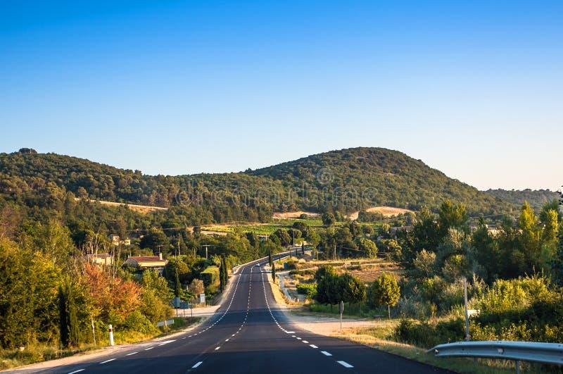 Landweg die door de Franse Provence winden stock afbeelding