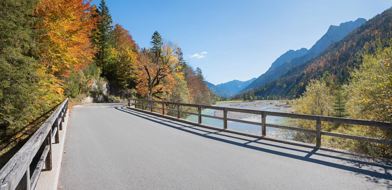 Landweg door aarddomein karwendel, risstal vallei i royalty-vrije stock fotografie