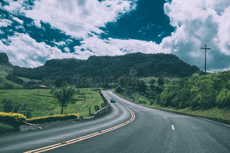Landweg door gebied royalty-vrije stock afbeelding