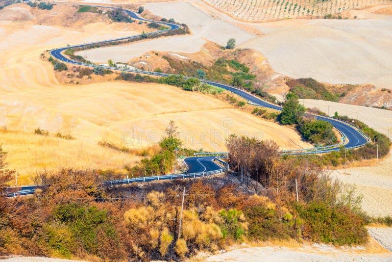 Landweg en heuvels in Kreta Senesi Toscanië royalty-vrije stock fotografie