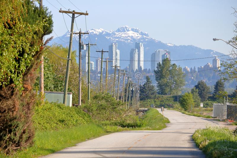 Landweg en Moderne Stad stock foto's