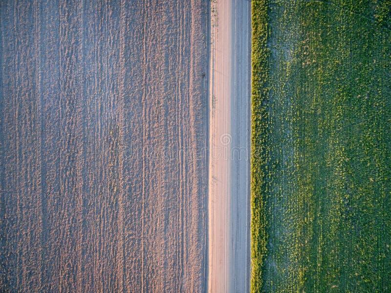 Landweg, geploegde gebied en weide stock foto's