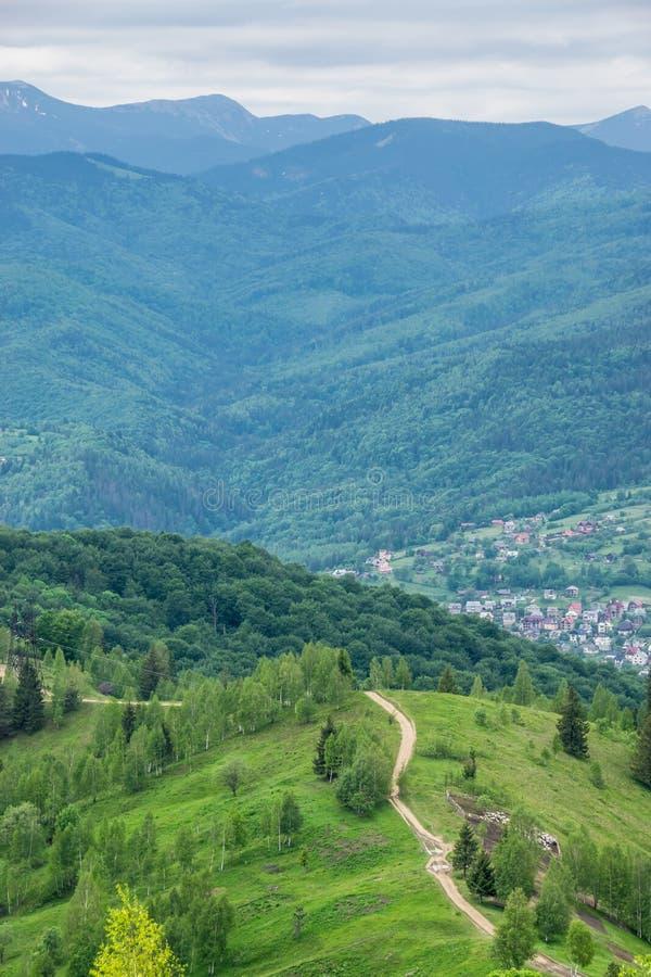 Landweg op een bergketen royalty-vrije stock afbeelding