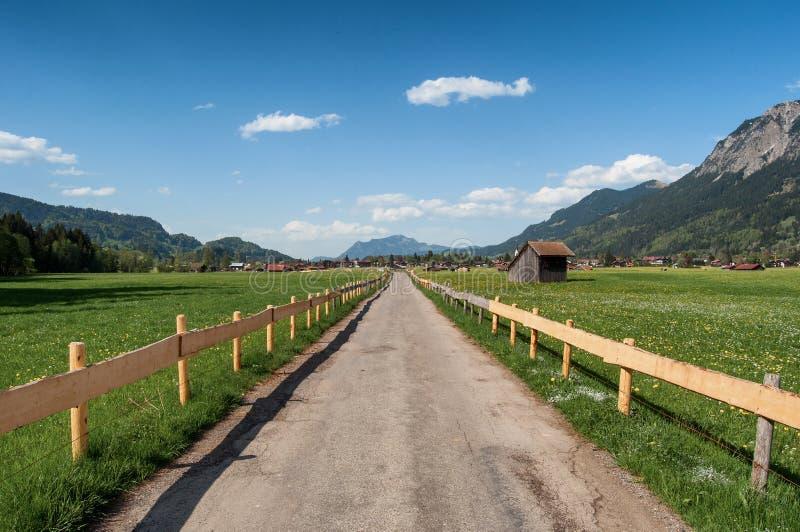 Landweg tussen de gebieden stock afbeeldingen