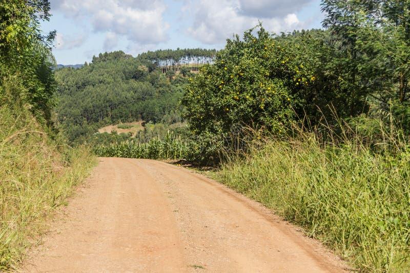 Landweg in Vallei en bergen in Nova Petropolis stock afbeelding