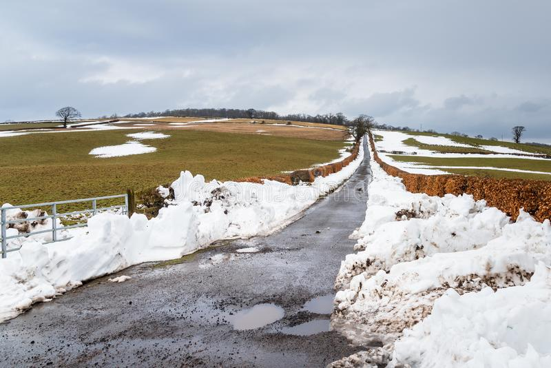 Landweg van Sneeuw op a.c., oudy de Winterdag wordt ontruimd die royalty-vrije stock afbeelding