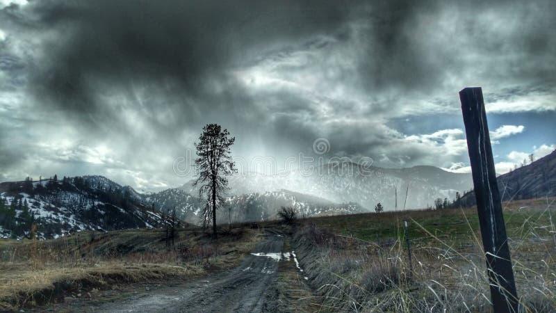 Landwegrubriek naar het Onweer stock foto