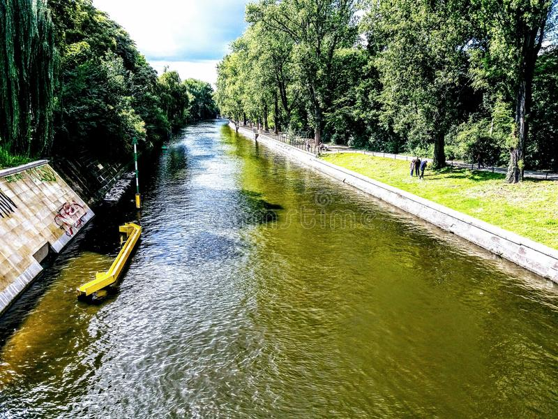 Landwehrkanal em Berlin Kreuzberg fotografia de stock royalty free