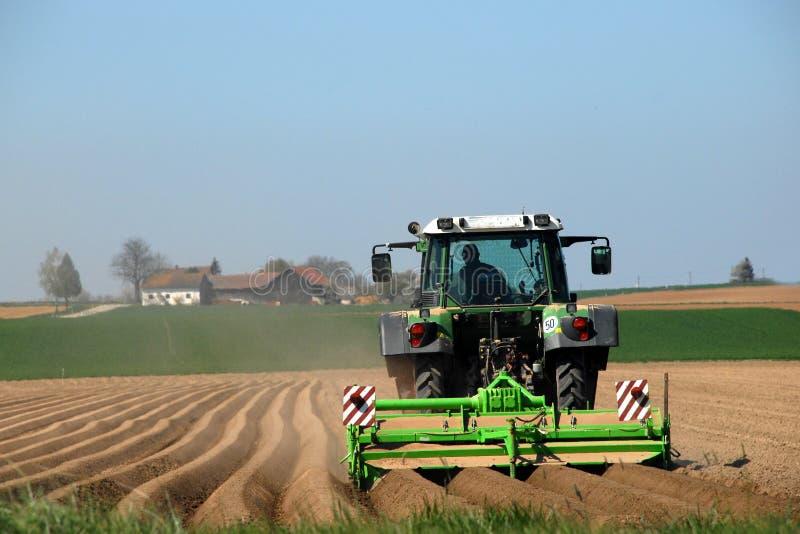 Landwirt-bebauendes Feld stockbild