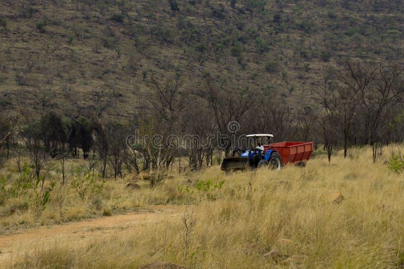 Landwirt in einem Traktor lizenzfreies stockfoto