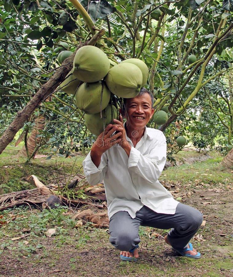 Landwirt mit tropischer Frucht lizenzfreie stockbilder