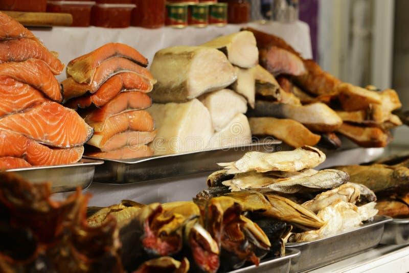 Landwirt ` s Markt - gesalztes und geräuchertes Rot der Zusammenstellungsfische und Weiß lizenzfreie stockfotografie