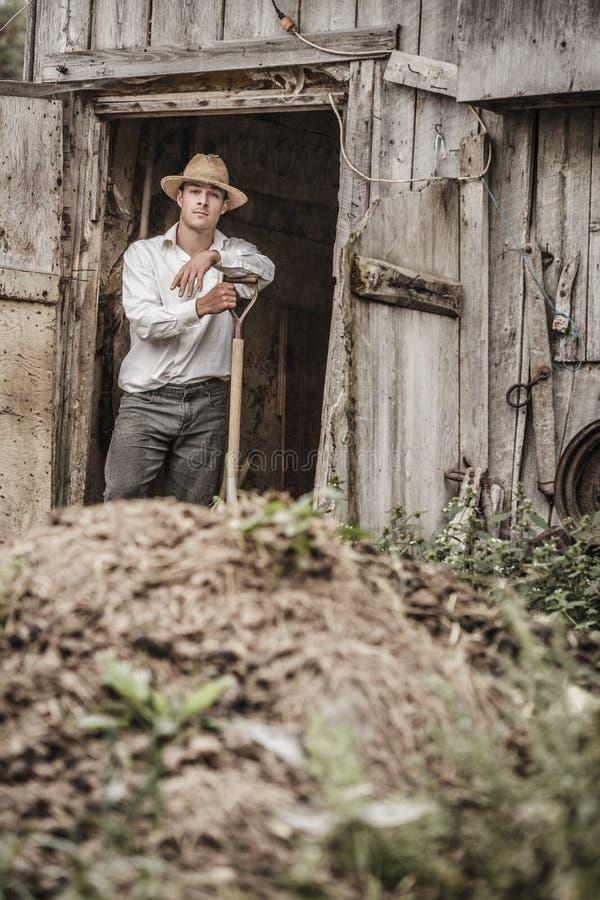 Landwirt Shoveling der Pferdemist stockbilder
