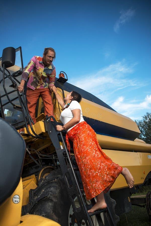 Landwirt und seine Frau auf dem Weizengebiet stockbilder