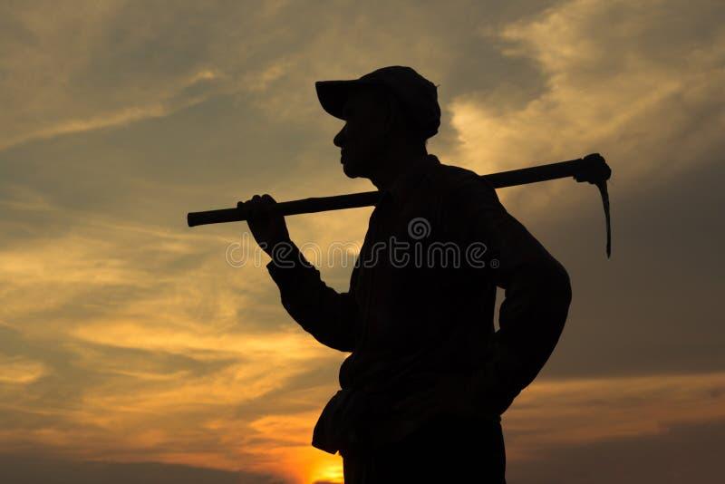 Landwirt und Sonnenuntergang lizenzfreie stockbilder