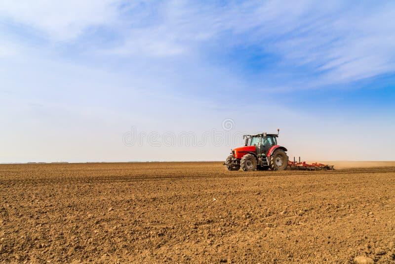 Landwirtbefruchtungsackerland mit Stickstoff, Phosphor, Kalidünger lizenzfreie stockfotos